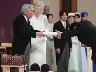 El emperador japonés Akihito en su ceremonia de abdicación este martes en Tokio
