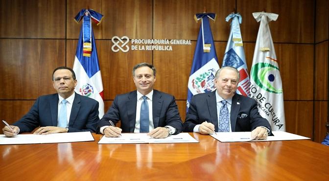 El procurador Jean Rodríguez y los ministros Antonio Peña Mirabal y Eduardo Selman durante la firma del acuerdo que busca contribuir a fomentar las actividades educativas y culturales en el país.