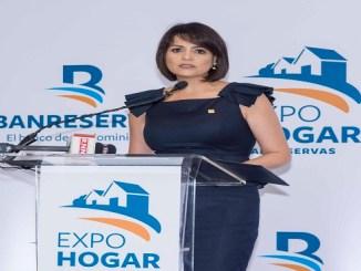 Mirjan Abreu, directora general de Negocios Personales Banreservas, habla en la inauguración de ExpoHogar, en la Torre de la entidad.
