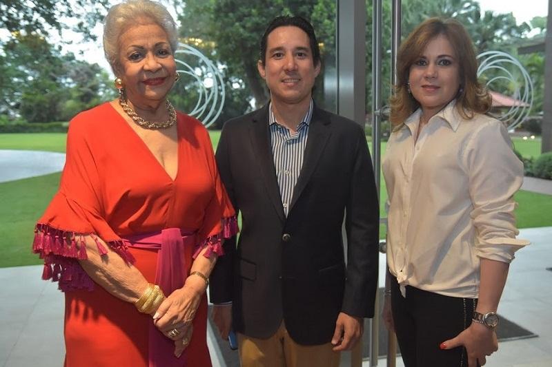 Foto 6 Esperanza Lithgow, Manuel Gómez y Yokasta Ros.