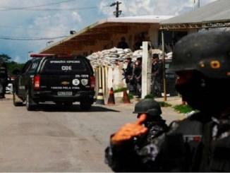 Un policía resguarda la entrada al Complejo Penitenciario Anisio Jobim después de que se registrara un motín con saldo letal entre los internos en Manaos, en el estado de Amazonas, al norte de Brasil, el domingo 26 de mayo de 2019.