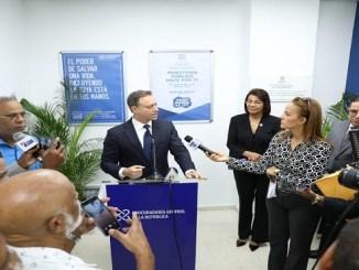 El procurador Jean Rodríguez mientras responde a los miembros de la prensa.