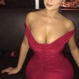 demi-rose-con-vestido-rojo
