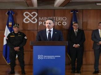 El procurador Jean Rodríguez mientras ofrece los detalles de la operación.