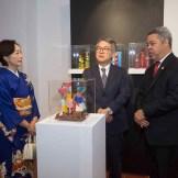 Makiko Makiuchi, diplomática; Hiroyuki Makiuchi, embajador de Japón, y Orión Mejía, director general de Comunicaciones y Mercadeo de Banreservas, en la Segunda Muestra Cultural Japón que se exhibe en el centro cultural de la entidad financiera