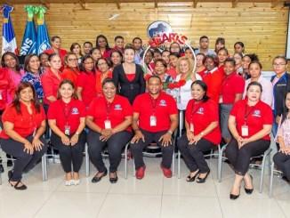 La directora del SRSM, doctora Mirna Font-Frías junto al equipo Gestor Hearts y los participantes del taller