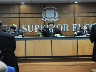 El Tribunal Superior Electoral durante la audiencia de ayer sobre la crisis desatada en el PLD tras las primarias.