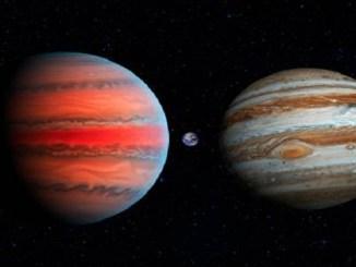 Representación artística del planeta WASP-6 b (izquierda), en comparación con la Tierra (centro) y Júpiter (derecha). (NASA)