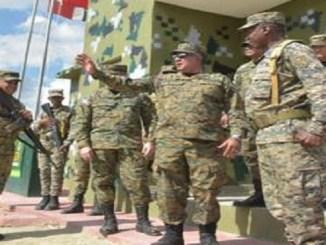 El ministro de Defensa Rubén Darío Paulino Sem y los altos mandos militares presentes ayer en la frontera.