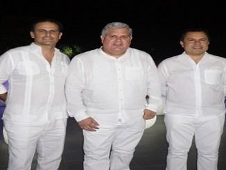 Alejandro Uriarte e Israel Rodríguez del equipo organizador de Le Diner en Blanc y Raymundo Morales, presidente de Creato.