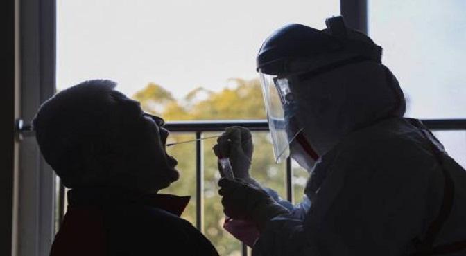 Un trabajador médico recoge una muestra de un paciente en un hotel de Wuhan, en la provincia central de Hubei, China, el martes 4 de febrero de 2020.