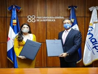 El procurador general, Jean Rodríguez, y la directora del INAIPI, Kenia Ivet Lora Abreu, durante la firma del acuerdo que busca fortalecer el Sistema de Protección de los Derechos de los Niños y Niñas.