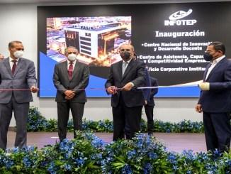 El presidente Medina corta la cinta que daja inaugurado el Edificio Corporativo del INFOTEP