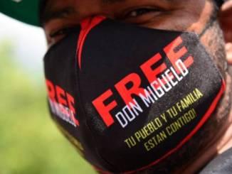 Manifestante con mascarilla que muestra apoyo a Don Miguelo