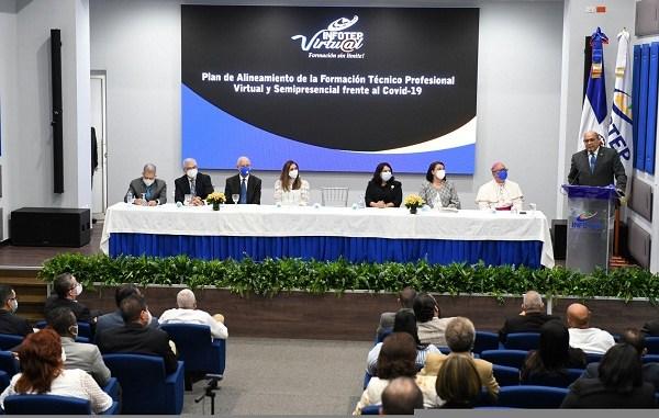 Rafael Santos Badía junto a José Holguín, MaryLaurie Aristy, Monseñor Benito Ángeles, Leonel Castellanos, José Alfredo dela Cruz, Juana Barceló y Maira Morla
