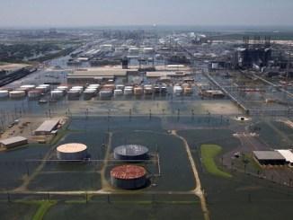 Foto de archivo ilustrativa de inundaciones causadas por la tornenta Harvey en las instalaciones de Motiva Enterprises LLC en Port Arthur, Texas