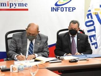 Rafael Santos Badía, director general del INFOTEP y Porfirio Peralta, director de PROMIPYME, al momento de la firma de acuerdo