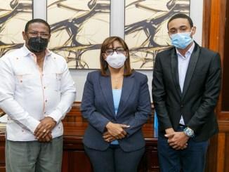 El doctor Edisson Féliz Féliz, la doctora Florencia Paulino y el supervisor de Área de Salud de Monte Plata, doctor Edward Ortega Acosta