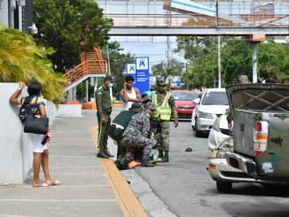 Agentes de la Digesset tratan de someter a la obediencia a un ciudadano que intentó violar las normas del tránsito