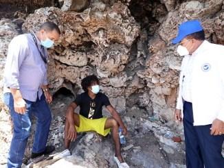 Jaime Marte Martínez penetra a las cuevas de arrecifes del Malecón en busca de personas víctimas de adicción a sustancias ilícitas