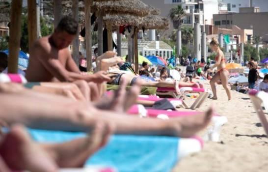 Turistas tomando el sol en Mallorca, el 7 de junio de 2021. Cientos de jóvenes españoles se contagiaron de covid-19 en viajes de fin de curso a una isla turística del país y varios miles están en cuarentena.