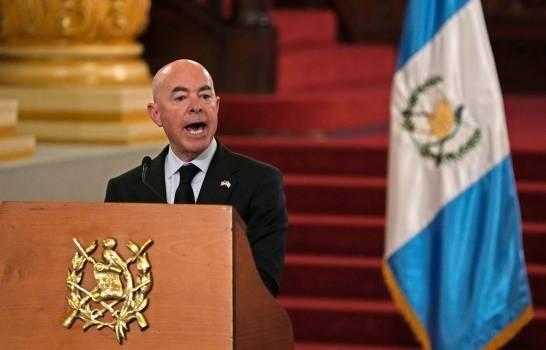 El secretario de seguridad nacional de Estados Unidos, Alejandro Mayorkas durante una conferencia de prensa en Guatemala.