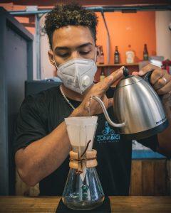 El barista, quien está comprometido con aportar su granito de arena a la creación de una cultura cafetera en la República Dominicana