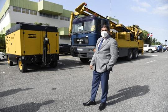 El ministro de Agricultura, Limber Cruz durante la presentación de la perforadora