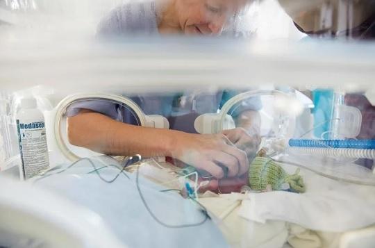 La voz materna calma los síntomas de dolor en los bebés prematuros
