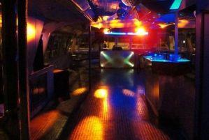 Fiesta en barco por la noche