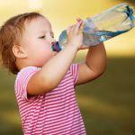 Cata apa trebuie sa bea un bebelus?