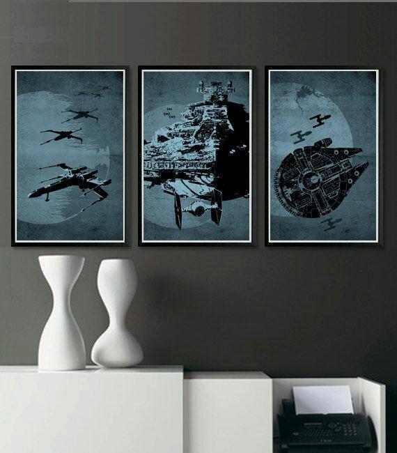 Cadres en triptyque Star Wars pour une déco sobre.