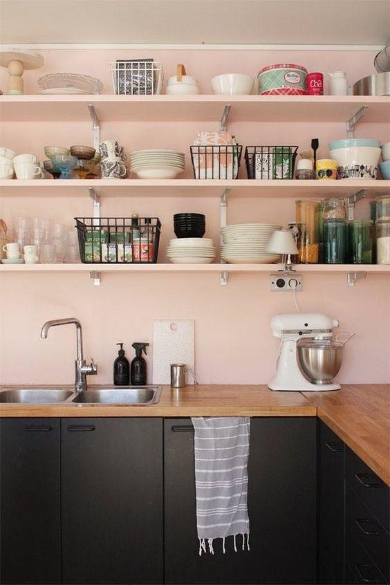 Rendez votre cuisine unique avec les étagères diy monochrome