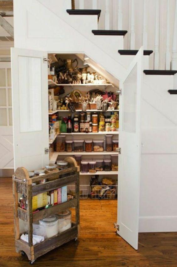 optimiser un cellier sous l'escalier
