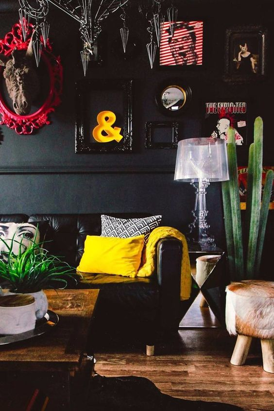 tendance au maximalisme ; the gril with the green sofa