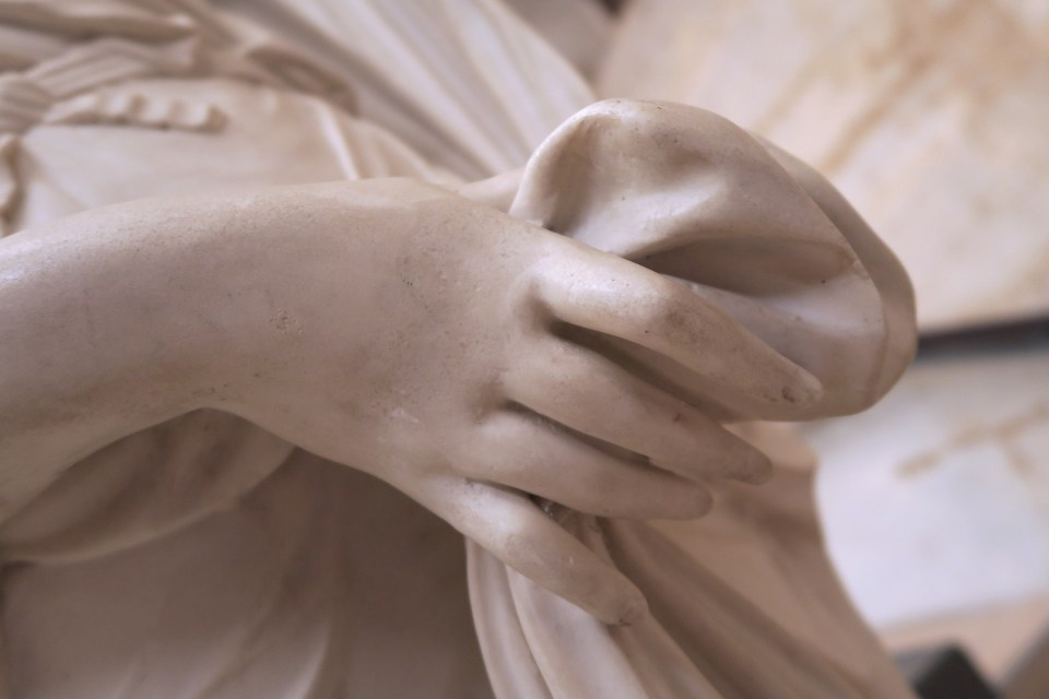 detail de sculpture , main de femme