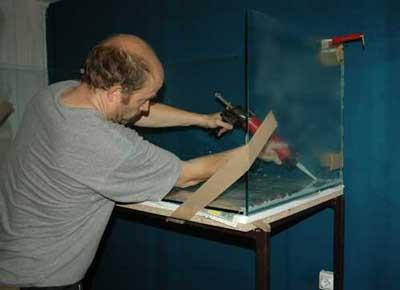 Injection du joint de silicone pour le collage de l'aquarium .