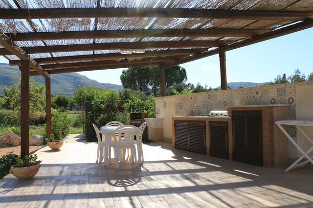 Sans oublier la terrasse et la cuisinette extérieure