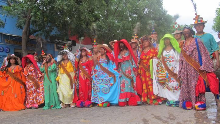 Hommes et femmes wayùu exposant leur costumes traditionnels lors du festival d'Uribia