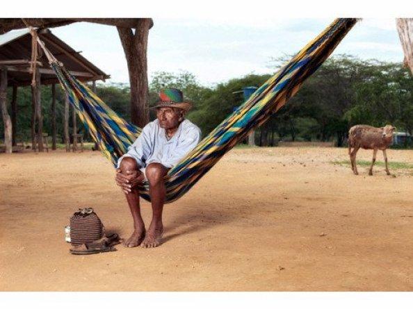 Amérindien wayùu assis pensif sur son chinchorros, son mochila à ses pieds