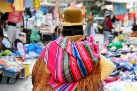 Chapeau melon et balot dans le dos - Bolivie