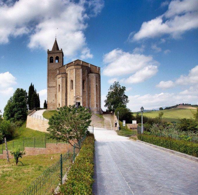 Chiesa Santa Maria della Rocca di Offida @antocadei (Instagram)