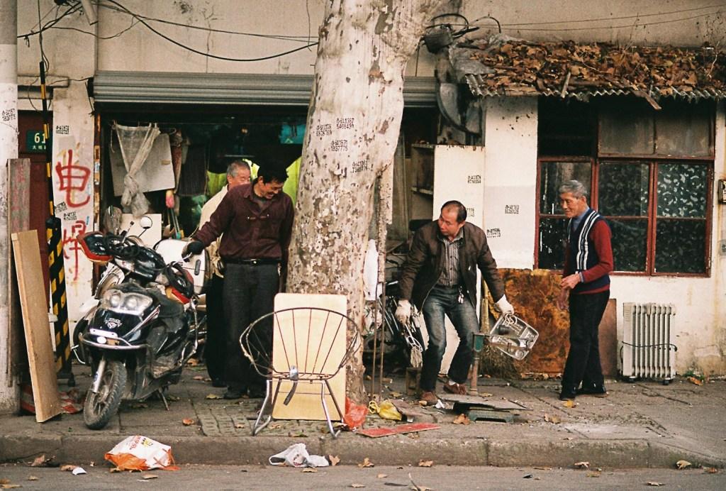 Homens em mercado de reciclado na China
