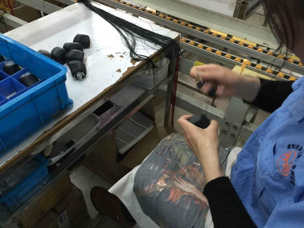 Produção e costura em peças feitas de couro