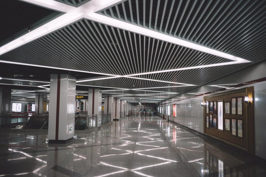 Tipos de fornecedores na China Corredor vazio com teto geométrico