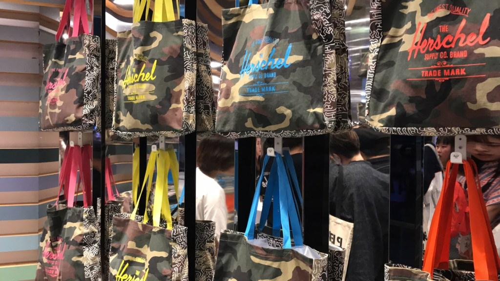 Yohood! Feira fashion na China Bolsas estampadas em exposição em loja na China