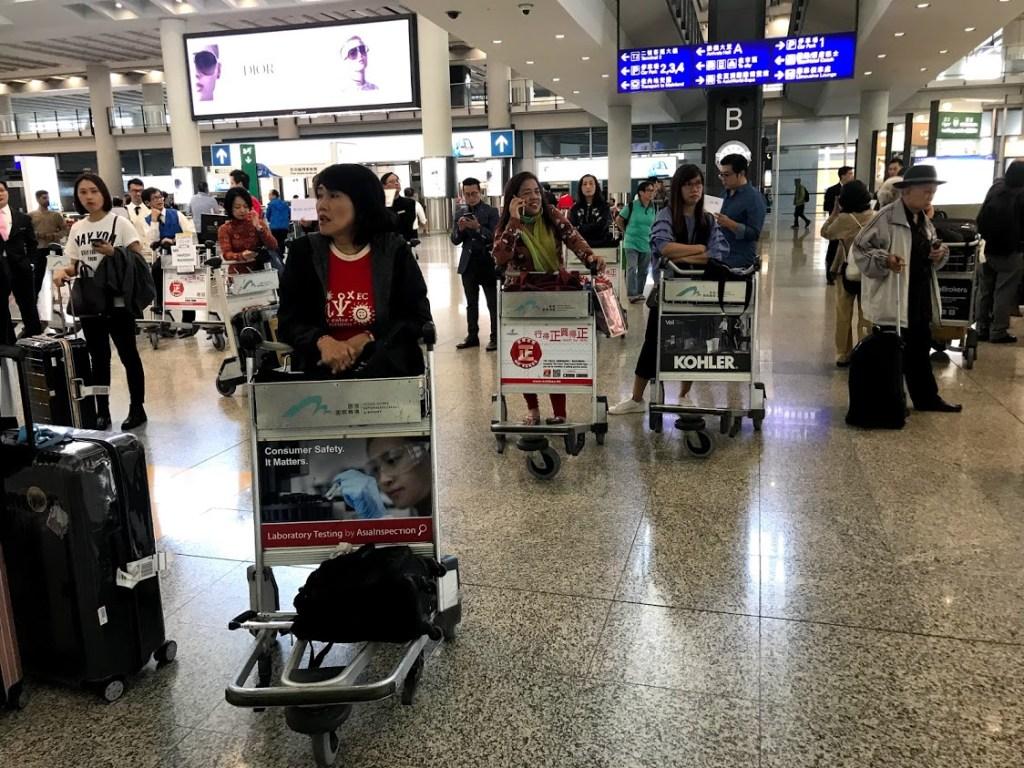 10 Dicas para uma viagem de compras na China Passageiros em aeroporto na China