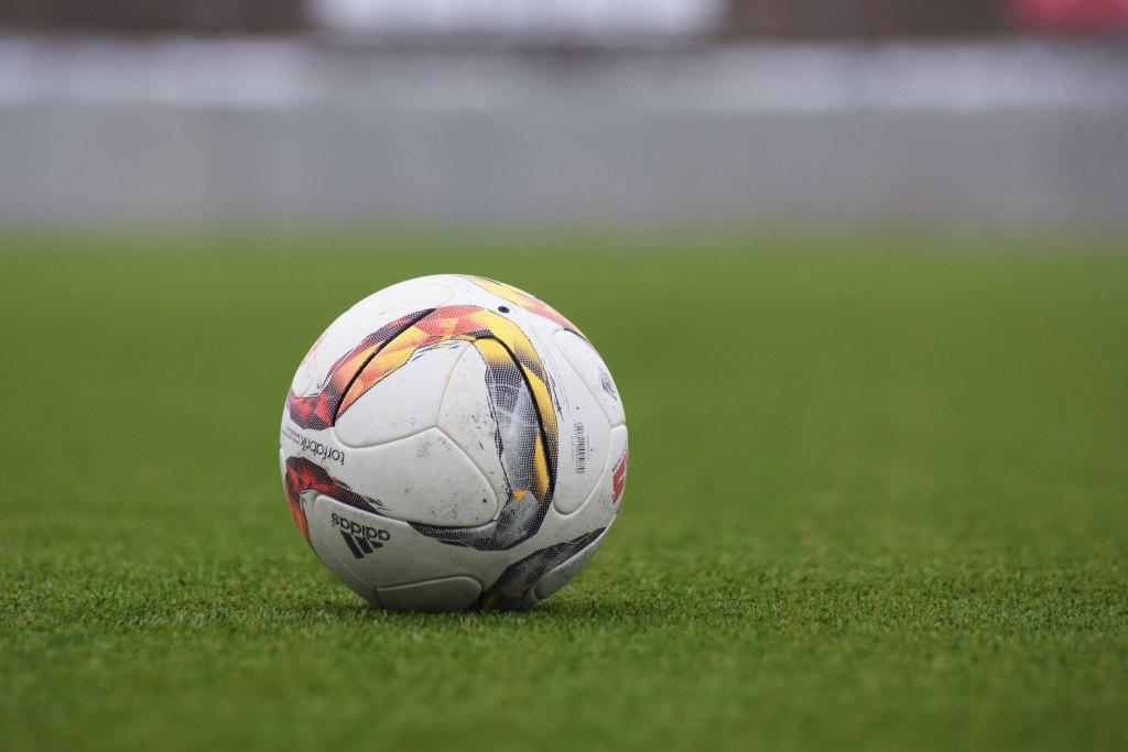 Aprenda como importar roupas esportivas Bola de futebol adidas em campo