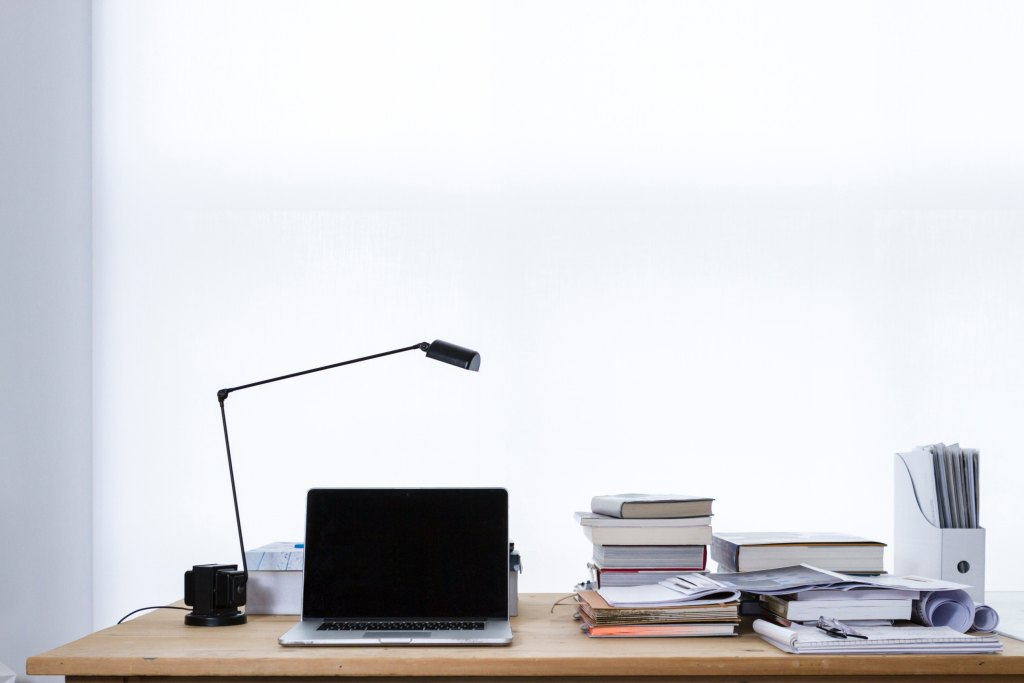 Como importar Material de Escritório da China Mesa de madeira com computador, livros e papelada