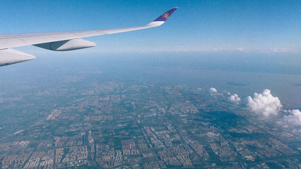 Como importar da China com pouco dinheiro? Imagem aérea de cidade vista de um avião